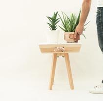Noia. Mesa auxiliar de madera desmontable. Un proyecto de Artesanía, Diseño de muebles y Diseño de producto de Oitenta  Objects are not just things  - 17-02-2016