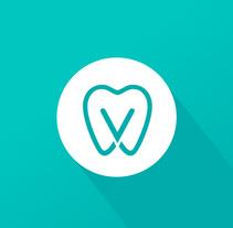 Diseño de logotipo para Dental Verdaguer, una clínica odontológica ubicada en Igualada (Barcelona). La propuesta que más gusto a nuestro cliente fue una V que continúa la silueta de una muela aprovechando la morfología de esta.. Um projeto de Br, ing e Identidade e Design gráfico de Alejandro Prieto Jaime - 18-05-2017